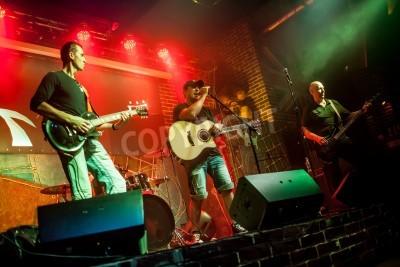Fototapeta Zespół wykonuje na scenie muzyki rockowej