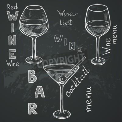 Fototapeta Zestaw naszkicowanych okulary do wina czerwonego, białego wina, martini i koktajl na tablicy tle. Ręcznie pisane litery w stylu vintage rysowane kredą na tablicy.