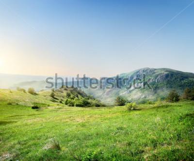 Fototapeta Zielona łąka na tle gór krymskich