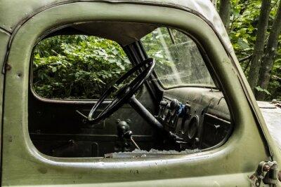 Fototapeta ZIŁ 157. Stary rosyjski samochód niosąc drzewo z trudno dostępnych zakątków górskich lasach.