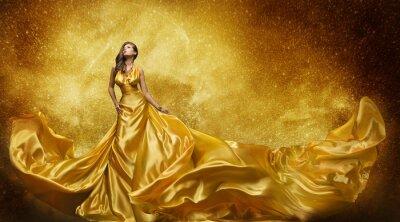 Fototapeta Złota suknia modelka, kobieta Złota jedwabna suknia Flowing Fabric