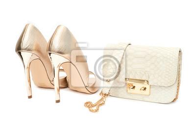 aff9a4a681323 Fototapeta Złote buty wysokiej przechyłu z małej torebki stylowe  samodzielnie na białym tle