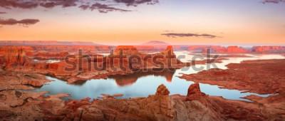 Fototapeta Złoty zmierzch przy Jeziornym Powell, Utah, usa.