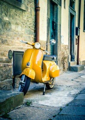 Fototapeta Żółty skuter w mieście Cortona toskańskie