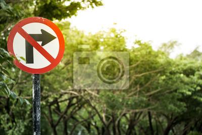 aby nie skręcić w prawo znak drogowy z drzewa na tle