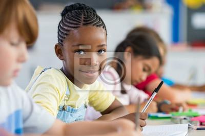 Naklejka Afrykańska dziewczyna w szkole podstawowej