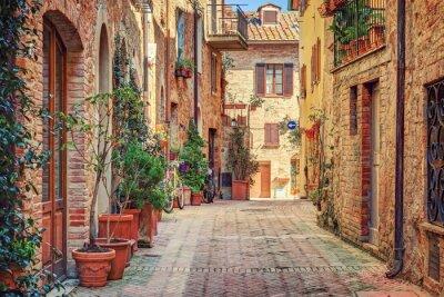 Naklejka Aleja w starym mieście Toskanii we Włoszech
