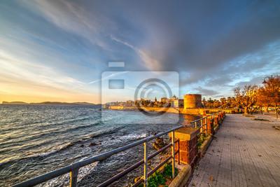 Alghero nad brzegiem morza na kolorowy zachód słońca