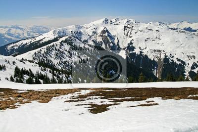 Alpejski widzenia wciągającej świeżym śniegu