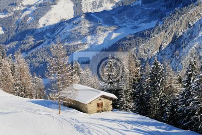 Alpine hut w zimie z dachów pokrytych warstwą śniegu