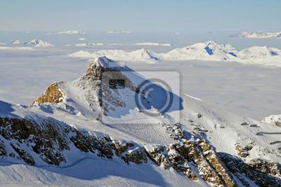 Alpine widok zaangażowanie świeży śnieg w dolinie z chmurami