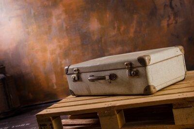 Naklejka Alter Reisekoffer in Vintage Kulisse auf Palette liegend