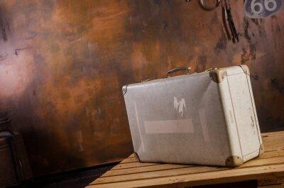 Naklejka Alter Reisekoffer in Vintage Kulisse auf Palette stehend I