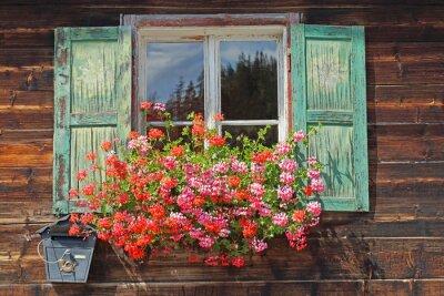 Naklejka Altes Holzfenster mit Blumenkasten