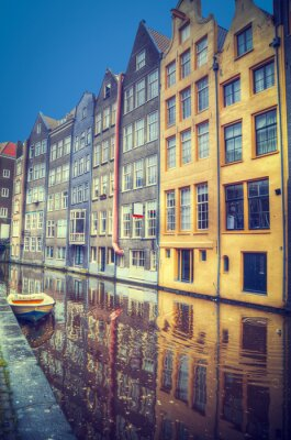 Naklejka Amsterdam na wiosnę. Domy są wzdłuż kanałów.