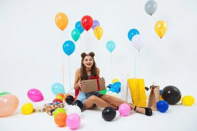 Naklejka Amuzed teen girl po urodzinach. Trzymając ogromne pudełko