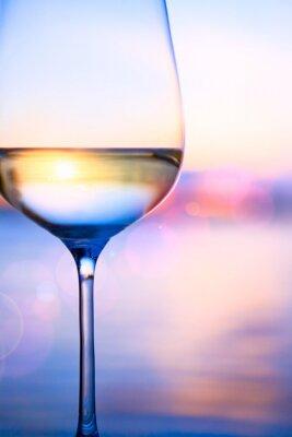 Art białe wino na tle morza latem