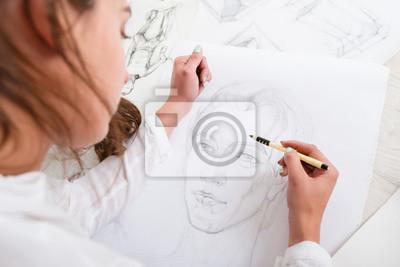 Naklejka Artysta rysunek ołówkiem portret zbliżenie. Kobieta malarz tworząc obraz kobiety na dużym Whatman. Sztuka, talent, rzemiosło, hobby, zawód koncepcja