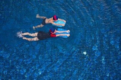 Asian mała dziewczynka i chłopiec nauki pływania w basenie sportowym, ćwiczenia z pianką pad.family zabawa letni dzień