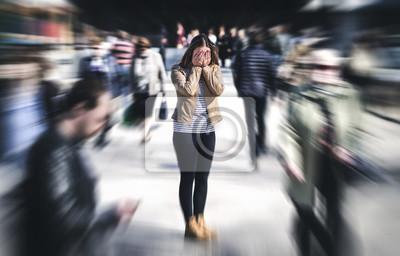 Naklejka Atak paniki w miejscu publicznym. Kobieta mająca panikę w mieście. Psychologia, samotność, strach lub pojęcie problemów ze zdrowiem psychicznym. Przygnębiona smutna osoba otoczona przez ludzi chodzący