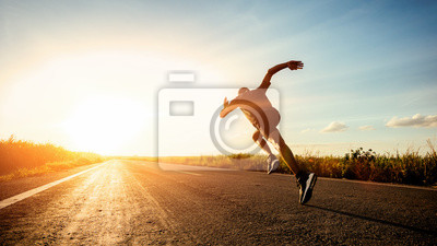 Naklejka Atleta biegacza nogi biega na drodze
