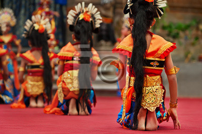Azjatyckie tło podróży. Grupa pi? Knych balinese tancerz dziewcz? Tz go? Ymi stopami w tradycyjnych strojach Sarong taniec Legong taniec. Sztuka, kultura indonezyjskich ludzi, festiwale etniczne na Wy