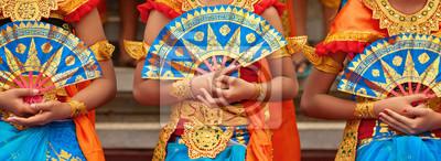 Naklejka Azjatyckie tło podróży. Grupa piękne tancerki balinese kobiety w tradycyjnych strój Sarong z fanami w ręce tańczy Legong tańca. Sztuka, kultura indonezyjskich ludzi, festiwale wyspy Bali.