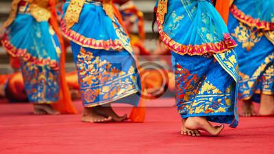 Azjatyckie tło podróży. Piękna tancerka Balinese kobieta w tradycyjnym stroju Sarong Taniec Legong. Ruchy nóg. Sztuka, kultura indonezyjskich ludzi, festiwale wyspy Bali.