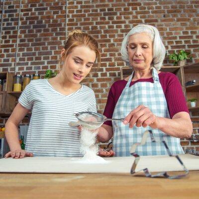 Babcia i wnuczka przesiewania mąki