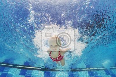 Baby girl pływanie i nurkowanie w basenie z zabawy - skoki głęboko pod wodą z odpryskami Aktywny styl życia, działalności i wykonywania wodnych z rodzicami podczas wakacji rodziny z dzieckiem