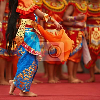 Balinese tancerz dziewcząt w tradycyjnym stroju Sarong taniec Legong