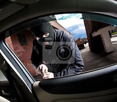 bandyta i złodziej w masce przechwytuje samochodu