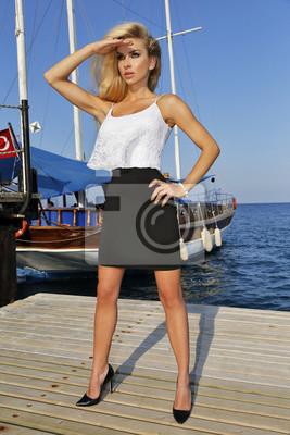 Bardzo piękna długowłosa blondynka seksowna krótka sukienka