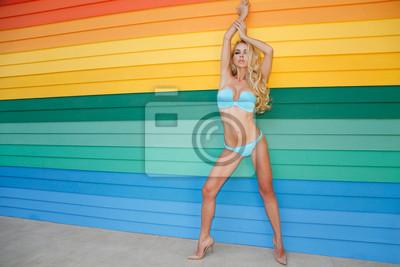Beautiful sexy kobieta na kolorowe tło z desek