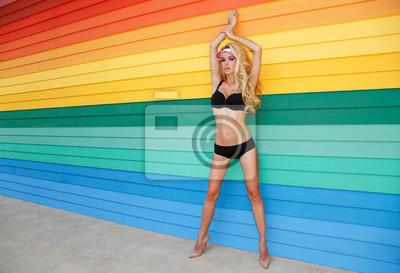 Beautiful sexy kobieta w bieliźnie na kolorowych desek tle