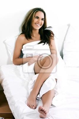 beuatiful kobieta Kaukaski leżącego na białym łóżku uśmiechnięty