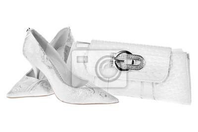 Białe buty ślubne i biała torba sprzęgło