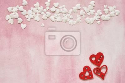 Białe i czerwone serca na różowym tle. Skopiuj miejsce, widok z góry.