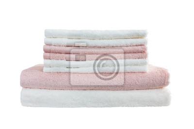 Białe i różowe ręczniki samodzielnie na białym tle