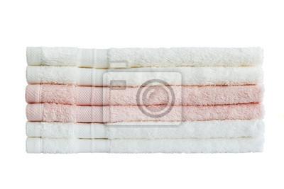 Białe i różowe ręczniki w stos. Odizolowany