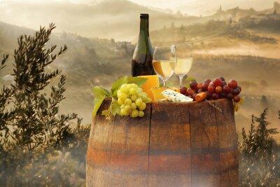 Naklejka Białe wino z beczki na winnicy w Chianti, Toskania, Włochy