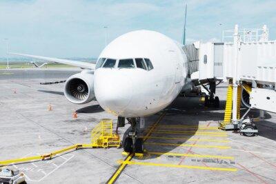 Naklejka biały samolot na płycie lotniska w nieba