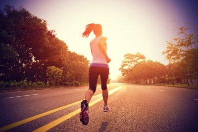 Naklejka Biegacz sportowiec działa na sunrise drogi