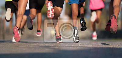 Naklejka Biegające dzieci, młodzi sportowcy biegają w biegu dzieci, biegają po miejskich drogach na nogach, biegną w świetle poranka