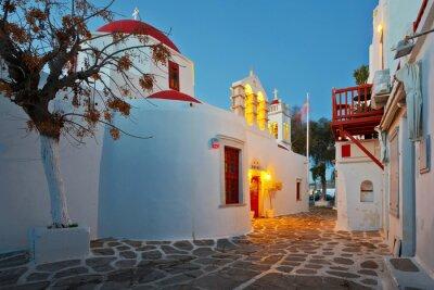 Naklejka Bizantyjski kościół na ulicy miasta Mykonos na wczesnym rankiem.