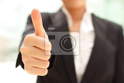 Biznes kobieta pokazuje kciuk w górę