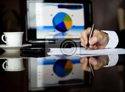 Biznesmen jest dokonanie analizy w biurze