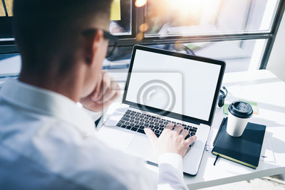 Naklejka Biznesmen z laptopem