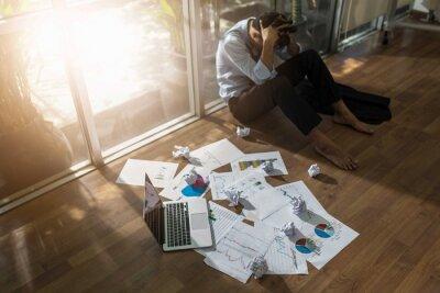 Biznesowych asian stres i smutna koncepcja awarii biznesu. koncepcja pomyłki.