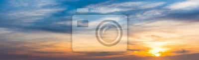 Błękitny i pomarańczowy niebo przy zmierzchem w Sardinia
